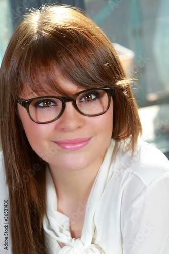 Jeune fille souriante portant des lunettes