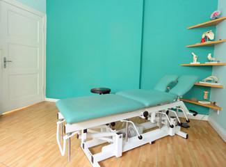 Behandlungszimmer mit Behandlungsliege