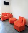 Sitzecke mit Wand-TV Wartezimmer