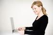 ältere frau shoppt mit kreditkarte und laptop in internet