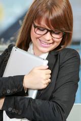 Jeune femme avec une tablette pc