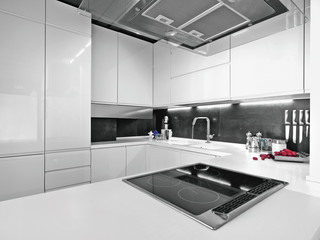 cucina bianca con elettrodomestici di acciaio