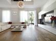 moderno soggiorno con porta finestra aperta sul giardino - 36560473