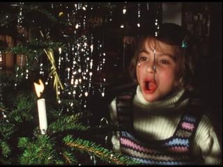 Mädchen bläst Kerze aus, Weihnachtsbaum (8 mm-Film)