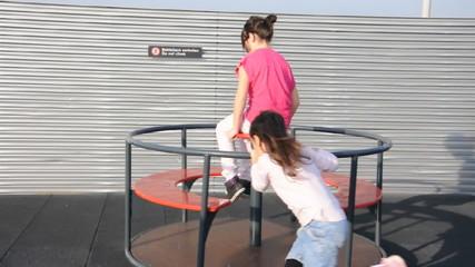 Kinder auf dem Spielrad