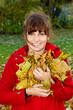 Herbstblätter im Arm
