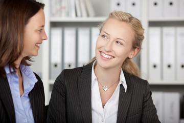 zwei kolleginnen im büro