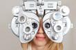 canvas print picture - Frau beim Optiker