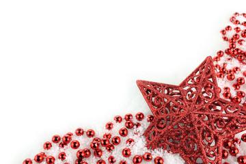 étoile et guirlande de Noël rouges sur la neige
