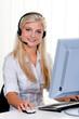 Frau mit Headset und Computer bei Hotline