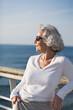 attraktive Seniorin auf dem Sonnendeck