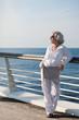 attraktive Seniorin genießt die Kreuzfahrt auf dem Sonnendeck