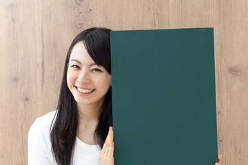 黒板を持った女性