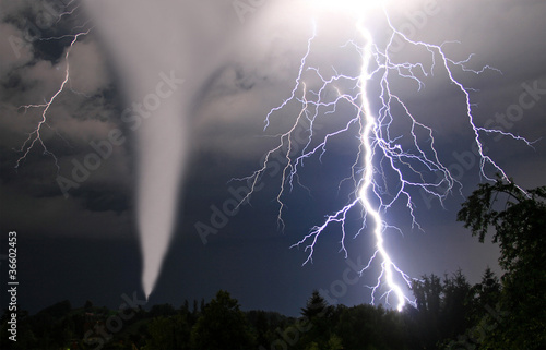 Tornado und Blitze - 36602453