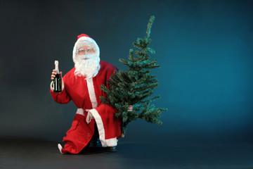 Weihnachtsmann mit Baum und Sekt