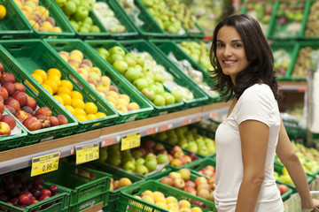Frau kauft im Supermarkt ein