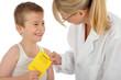 Kleiner Patient übergibt Impfbuch