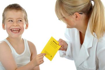 Junger Patient übergibt Impfbuch
