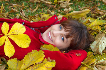 Junge Frau im Herbstlaub