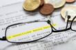 Rentenbescheid, Geldmünzen und Brille