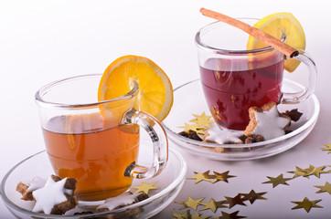 Weihnachten: Tee mit Zimtsternen und goldfarbenen Sternen
