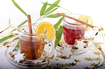 Weihnachten: Tee mit Gebäck und Zimtstangen