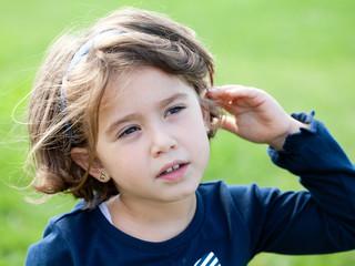 bambina che ascolta