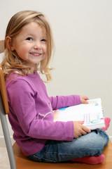 Bambina seduta che legge