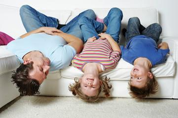 Kopfüber auf der Couch