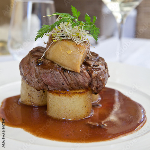 tournedos rossini et pommes de terre 2 photo libre de droits sur la banque d 39 images fotolia. Black Bedroom Furniture Sets. Home Design Ideas