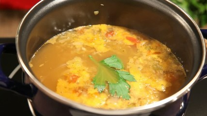 Kohlsuppe beim kochen
