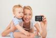 glückliche Mutter mit Baby machen Foto