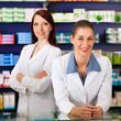 Apotheker Team in Apotheke vor Medikamenten