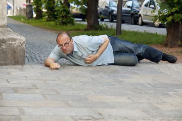 Mann hat Herzinfarkt oder Schlaganfall