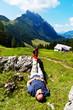 Wanderer relaxt bei Wanderung in den Bergen