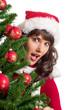Frau hinter Weihnachtsbaum