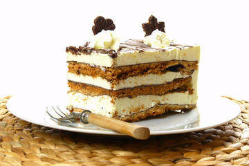 Grillaschtorte auf Porzellanteller / Ice cream cake on china pla