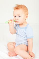 Baby Portrait mit Löffel