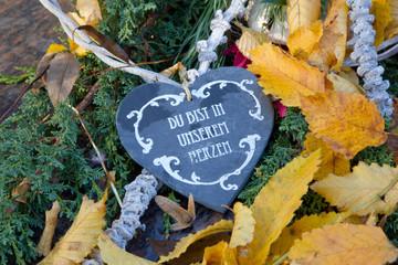 Grabschmuck mit Herz im Herbst