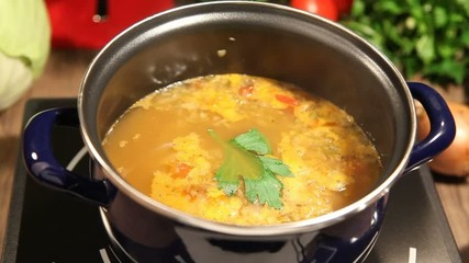 Kohlsuppe beim kochen, zoom out