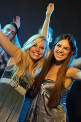 Freundinnen feiern und tanzen