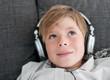 Junge mit Kopfhörern