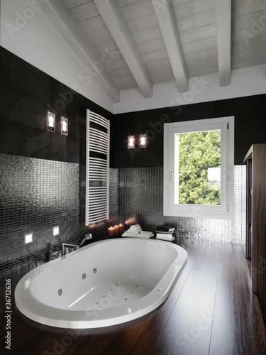 bagno moderno con vasca da incasso in mansarda