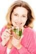 Frau trinkt frischen Minztee