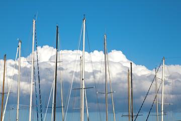 Alberi maestri di barche a vela sul cielo