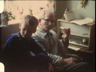 Opa mit Enkel vor Radio (8mm-Film)