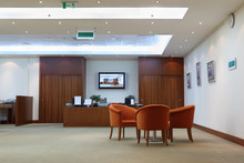 Fotele, stolik i odbiór w biurze jasne, czyste i puste