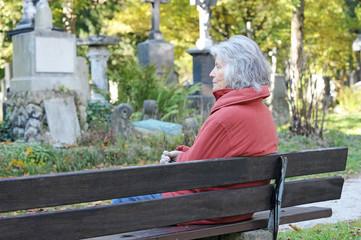Seniorin auf dem Friedhof
