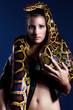 Frau mit Schlange