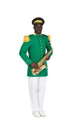 saxophoniste de fanfare détouré sur fond blanc